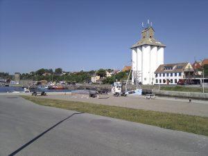 Betonsiloerne på Hasle Havn står som en tydeligt varetegn for en svunden tid. Nu bliver de måske til boliger.